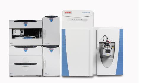 Obr. 1: Iontový chromatograf ICS-5000+ s hmotnostním spektrometrem Q Exactive Focus (na bázi Orbitrapu).