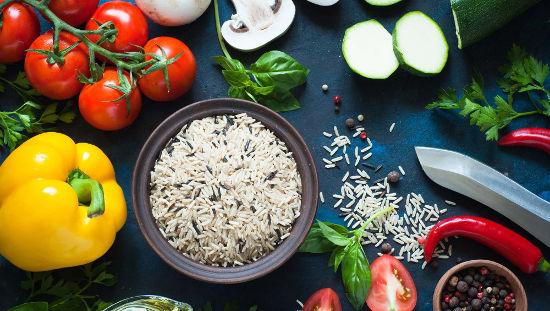 Obr. 1: – rýže, zelenina, chili, koření.